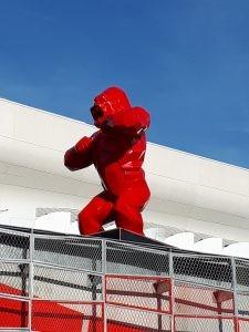 Statue de gorille signée Richard Orlinski devant la U Arena